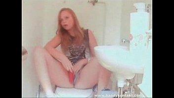 Молодая девушка раздевается, мастурбирует и кончает в видеочате omegle