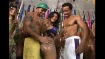 Morena rabuda de shortinho sem calcinha dançando funk