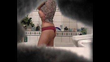 Me cojo a mi prima en el baño